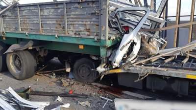 На Харківщині фура влетіла в припарковану вантажівку: один з водіїв загинув