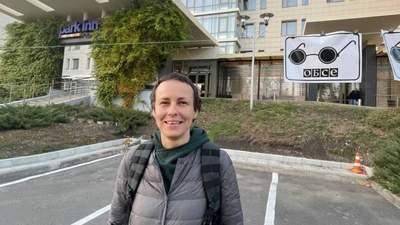 Одіозна Юлія Чичеріна заспівала під готелем, де бойовики блокують ОБСЄ