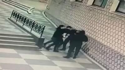 В Черновцах пьяный молодой человек с кулаками набросился на охранника торгового центра