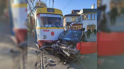 В Одесі трамвай протаранив Smart: є постраждалі