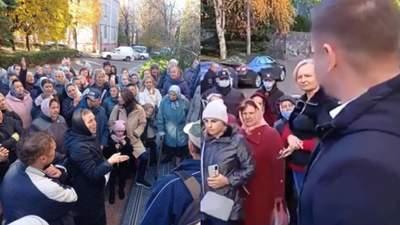"""Антивакцинаторам в Ровно организовали """"экскурсию"""" по COVID-больницами"""