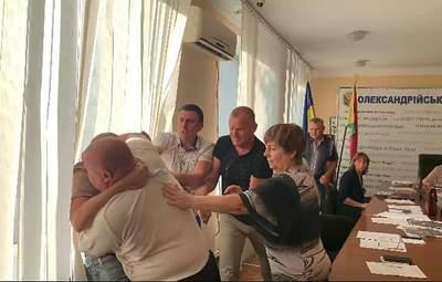 Кулаком в лицо женщине: члены избирательной комиссии устроили драку в Александрии – видео
