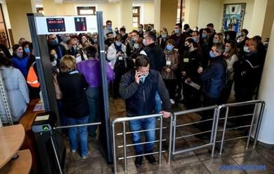 Не можуть здати протоколи: у Запоріжжі сотні членів ДВК застрягли у міській комісії – фото