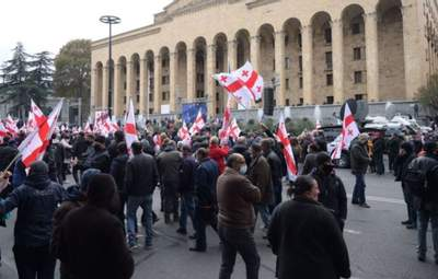 На захист голосів: біля парламенту Грузії зібрали акцію протесту – відео