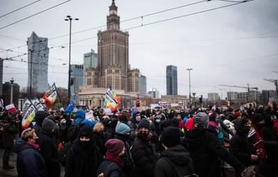 Протесты из-за запрета абортов: в Варшаве полиция применила слезоточивый газ – фото, видео