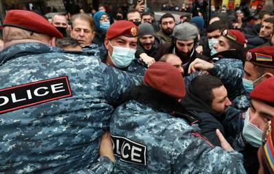 Протести у Вірменії: активісти хотіли прорватися в будівлю уряду – відео