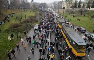 В Варшаве люди устроили антиправительственный марш: фото, видео