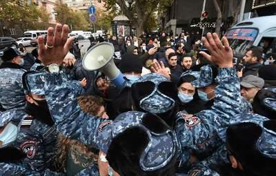 Протестувальники у Єревані заблокували адмінбудівлі та збираються ночувати на вулиці: відео