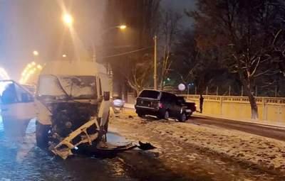 В Броварах лоб в лоб столкнулись Volkswagen и Land Rover: один водитель в реанимации