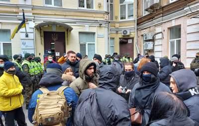 Под зданием ВАКС устроили митинг: люди требуют посадить Татарова