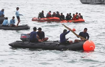 На месте катастрофы Boeing в Индонезии нашли детскую кофту: могла погибнуть целая семья – фото