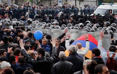 У Вірменії люди вийшли на протест: знову штурмували будівлю уряду – фото, відео