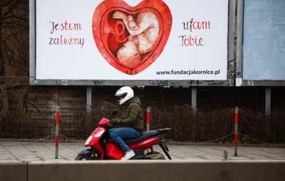 """Запрет абортов: в Польше предложили создать женские """"комнаты для плача"""""""