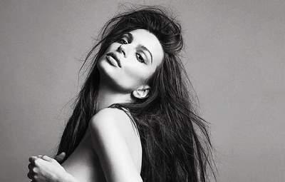З довгим волоссям: модель Емілі Ратажковскі на 33 тижні вагітності позує оголеною – гарячий кадр