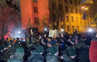 В столкновениях на Банковой пострадали 27 правоохранителей, а 24 активистов задержали