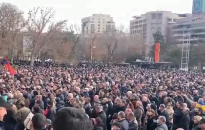Протестувальники у Єревані перекривають барикадами центр міста: відео