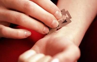 На Полтавщині біля школи дві 14-річні дівчинки порізали собі вени