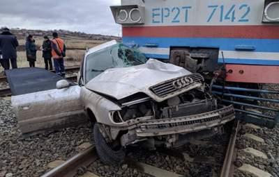 В Донецкой области пассажирский поезд разнес Audi: водитель погиб, а пассажира вытащили военные