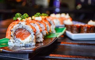Унікальність японської кухні: як правильно їсти суші та чи вміють українці це робити