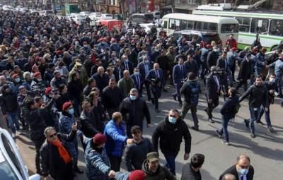 В Ереване – обострение протестов: люди заблокировали вход в парламент – видео