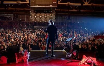 Без масок и соблюдение дистанции: Олег Винник выступил в переполненном зале в Броварах