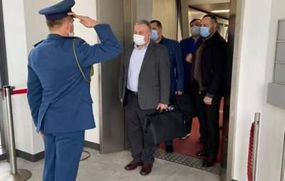 Министр обороны Таран полетел в Японию, но его отказались принимать из-за коронавируса