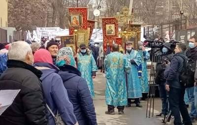 Без масок и дистанции: в Запорожье УПЦ МП организовала крестный ход – видео