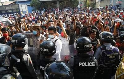 Протесты в Мьянме: военные 12 стран осудили насилие против населения