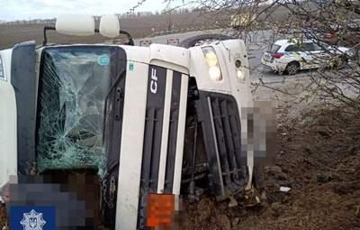 Под Киевом возле Броваров перевернулась фура с кислородом: движение по трассе ограничили – фото