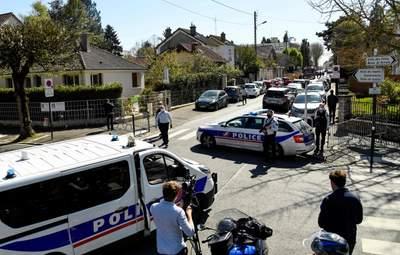 Во Франции мужчина набросился с ножом на полицейских: власти заговорили о теракте