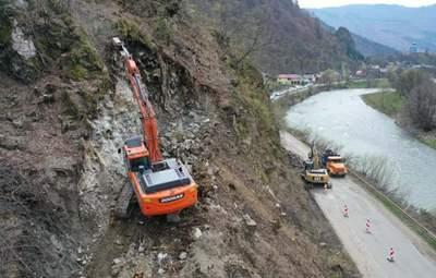 На Закарпатье разбирают скалу, чтобы расширить дорогу до 8 метров: фото