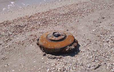На пляже в курортной Кирилловке нашли мину: фото