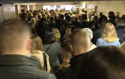 """Первый день коллапса: на станции метро """"Позняки"""" в Киеве образовалась огромная толпа – видео"""