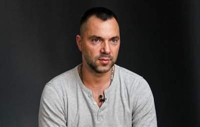 Захват жилья на Донбассе: Арестович говорит, что это может усилить антироссийские санкции