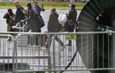 Россия начала вывозить своих дипломатов из Чехии: Прагу покинуло более 50 человек