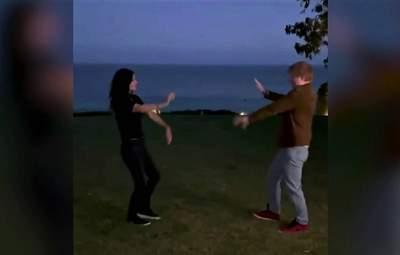 Эд Ширан и Кортни Кокс повторили легендарный танец Роса и Моники: забавное видео