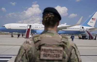 Літак віцепрезидентки США екстрено повернувся на військову базу