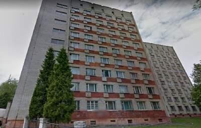 У Львові з вікна 7 поверху студентського гуртожитку випала 17-річна дівчина