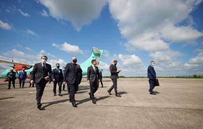 Туда давно ничего не летало: Зеленский прибыл в родной Кривой Рог на рейсовом самолете