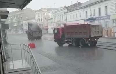 Укладывают асфальт под воду: в сети высмеяли ремонт дороги в Харькове – видео