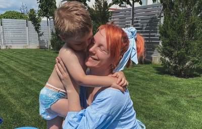 Светлана Тарабарова покорила летним образом в голубом платье: фото с сыном возле бассейна