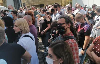 Организация желает лучшего: в киевском МВЦ тысячи людей часами стояли в очереди на прививки