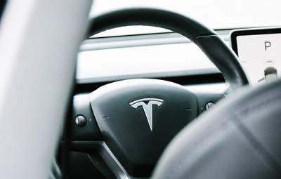 Не давайте дітям гаджети: 10-місячний малюк оновив батьківську Tesla на величезні гроші