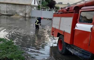 На Одещині через потужні дощі та зливи виникла загроза прориву дамби: фото