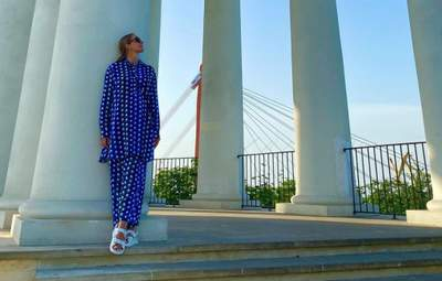 Катя Осадча зачарувала стильним образом в Одесі: фото в синьому костюмі