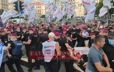 Поліцейські забрали труну: почалися сутички на акції ФОПів у Києві – відео