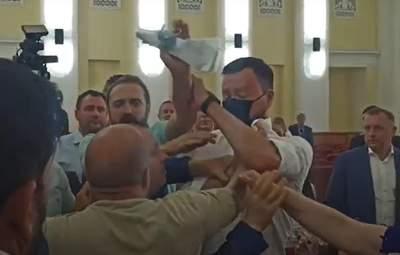 У Харківській міськраді депутати побилися з охороною: відео