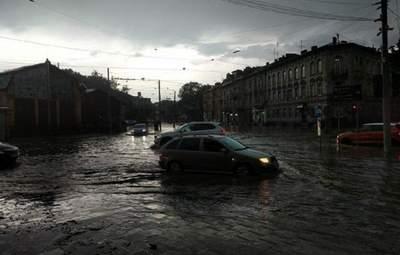 Дерева впали на школи, пошкоджені історичні будівлі, – Садовий про наслідки негоди у Львові