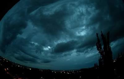 На Одесу насувається темрява й ураган: моторошні фото, відео