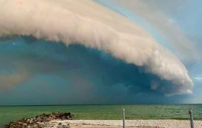 Неймовірне небо у Приморську: над морем утворилась дивовижна хмара – фото та відео